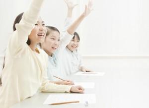 勉強をする小学生の女の子3人