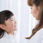 見つめ合う母親と娘