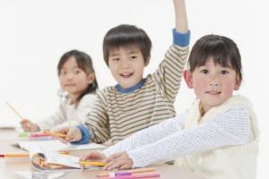勉強する子供たち