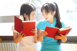 図書室で本を読む小学生女子