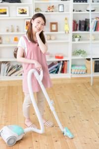 掃除をする女性