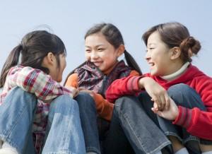 会話を楽しむ小学生の女の子3人