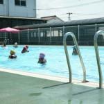1年生のプール授業は、水遊びで水に慣れることが中心です